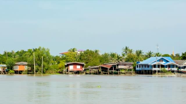 チャオプラヤ川沿いのコミュニティを通じてロングテール ボート。 - ノンタブリー県点の映像素材/bロール