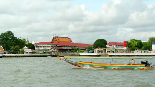 vídeos de stock e filmes b-roll de de-cauda-boat no wat arun - rio chao phraya