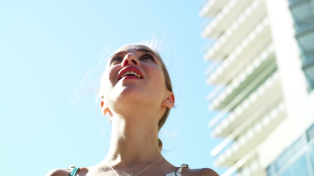 vídeos de stock, filmes e b-roll de olha como esses prédios são altos! - low angle view