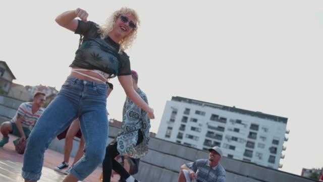 vídeos de stock e filmes b-roll de look at our dancing skills - break dance