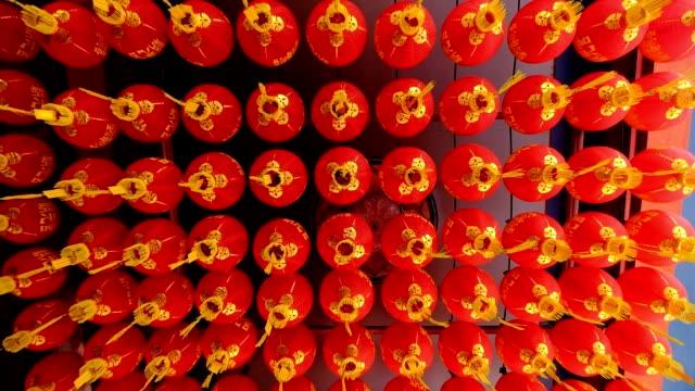 Kijk naar de rode Aziatische lantaarns onder houten buliding in Penang, Maleisië
