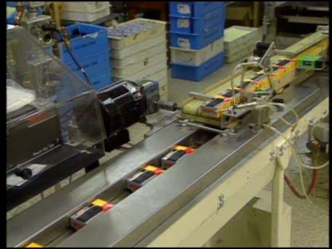 look at the manufacturing and the use of kodak disposable cameras. - 使い捨てカメラ点の映像素材/bロール