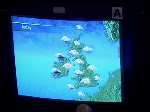 vídeos y material grabado en eventos de stock de look back to the hurricane of 1987 itn london weather centre int banks of monitors many showing weather maps cs weather map on monitor martyn davies... - itv