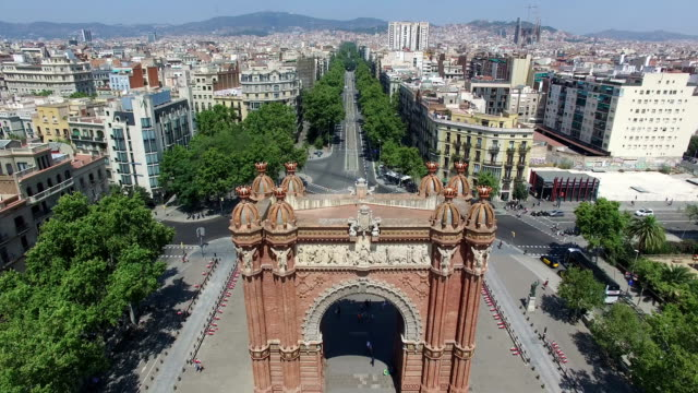 stockvideo's en b-roll-footage met look from above arc de triomf in barcelona, spain - nationaal monument beroemde plaats