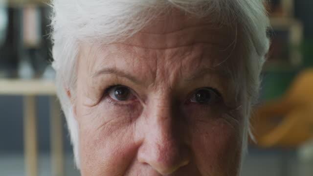 titta in i hennes ögon och du kommer att se hennes liv - 4k resolution bildbanksvideor och videomaterial från bakom kulisserna