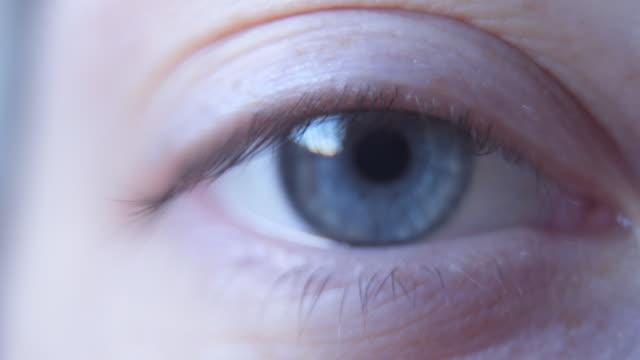 vidéos et rushes de regarde-moi dans les yeux - extreme close up