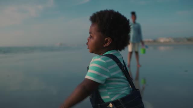 schauen sie mama! - männliches baby stock-videos und b-roll-filmmaterial