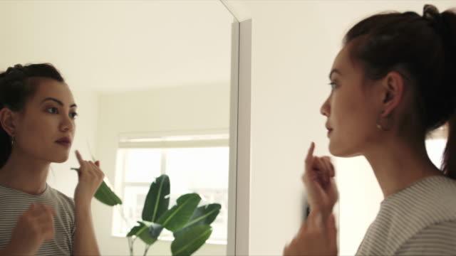 vidéos et rushes de regardez-vous mieux avant de quitter la maison - prêt