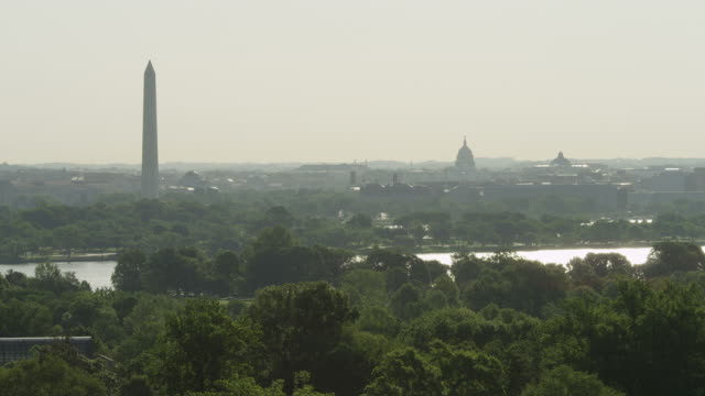 looking across potomac river toward dc landmarks in haze, seen from arlington national cemetery. shot in may 2012. - アーリントン点の映像素材/bロール