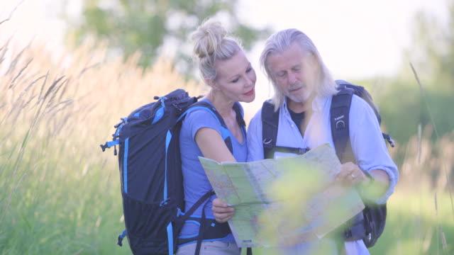 Kijken naar een kaart op een wandeling