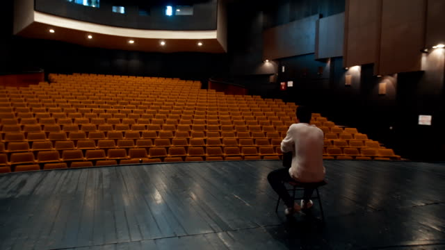 vídeos de stock e filmes b-roll de looking at empty theater - ideia