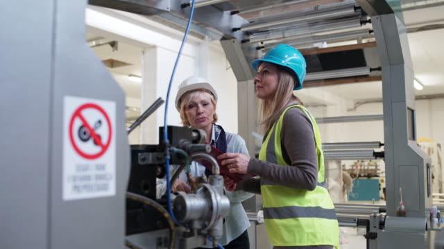 vídeos de stock e filmes b-roll de looking at machinery - business casual