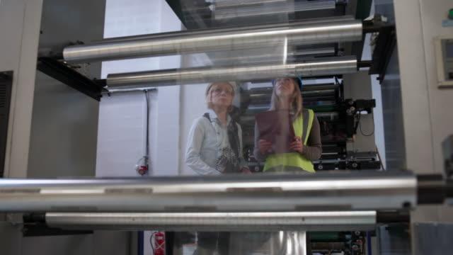 vídeos de stock, filmes e b-roll de olhando para máquinas - operário de linha de produção