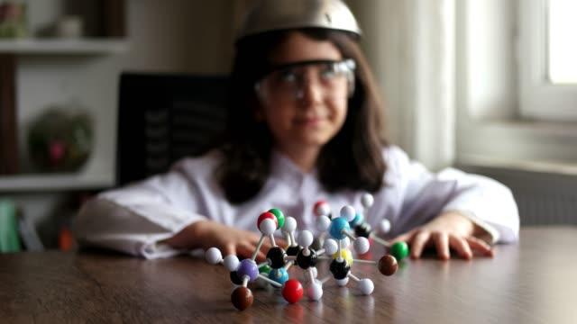mit blick auf molekularstruktur modell. - high dynamic range imaging stock-videos und b-roll-filmmaterial