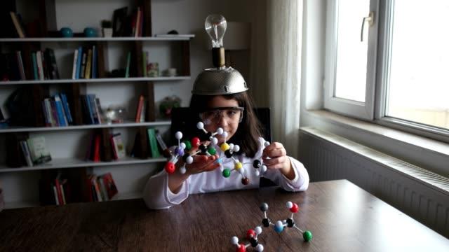 mit blick auf molekularstruktur modell. - mädchen stock-videos und b-roll-filmmaterial