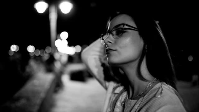 vídeos de stock, filmes e b-roll de olhando pra você - mulher bonita