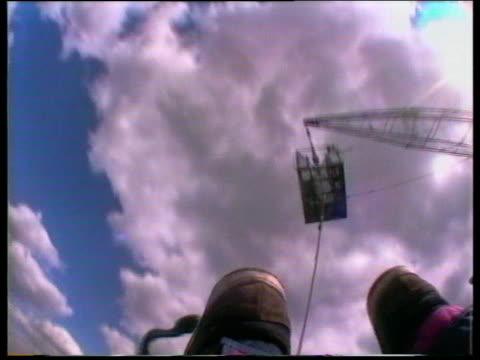 vídeos y material grabado en eventos de stock de looking back toward bungee platform during descent uk - puenting