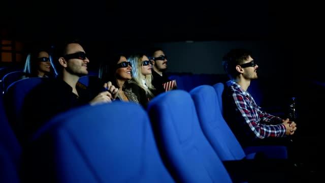 vídeos de stock, filmes e b-roll de procurando o melhor filme de sempre - óculos de terceira dimensão