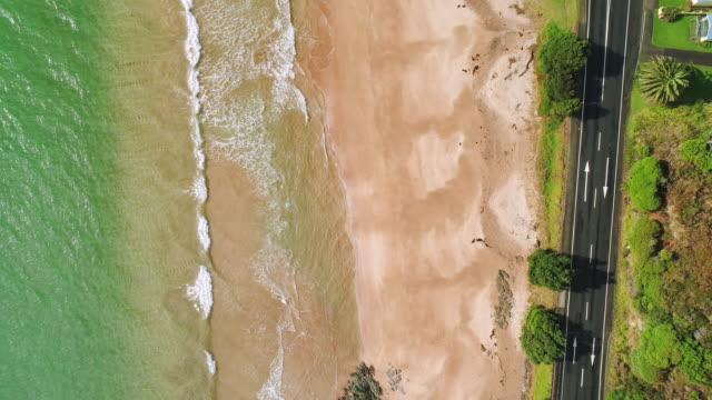 ビーチの隣の道を見下ろす。 - ニュージーランド べイ・オブ・アイランズ点の映像素材/bロール