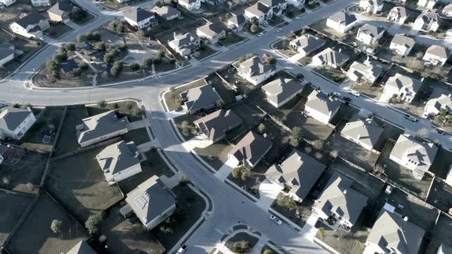 Auf der Suche nach unten von oben Vorort Nachbarschaft mit perfektes Quadrat Wohnungen und Häuser