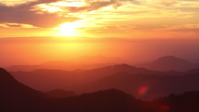 vídeos y material grabado en eventos de stock de looking down from moro rock in the sequoia national park california, usa, into the central valley, at sunset. - parque nacional de secoya