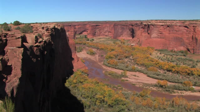 ha ws looking down into canyon/ canyon de chelly national monument, arizona - canyon de chelly stock videos & royalty-free footage