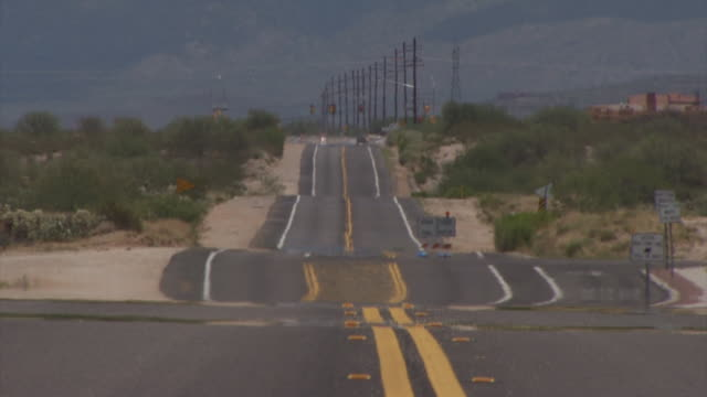 vidéos et rushes de looking down long straight road across sonoran desert, arizona, usa. - arizona