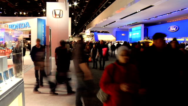 vidéos et rushes de ws looking down on chevrolet exhibit at north american international auto show/ ws entry to detroit auto show / ws smart car exhibit at detroit car... - chevrolet