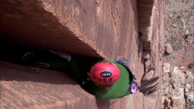 ms zi looking down on climber in struggling his way up very wide crack climber in high above ground / zion,ut,usa - newoutdoors stock videos & royalty-free footage