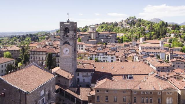 looking down on piazza vecchia in bergamo alta or the bergamo upper in italy. - stile del xvi secolo video stock e b–roll