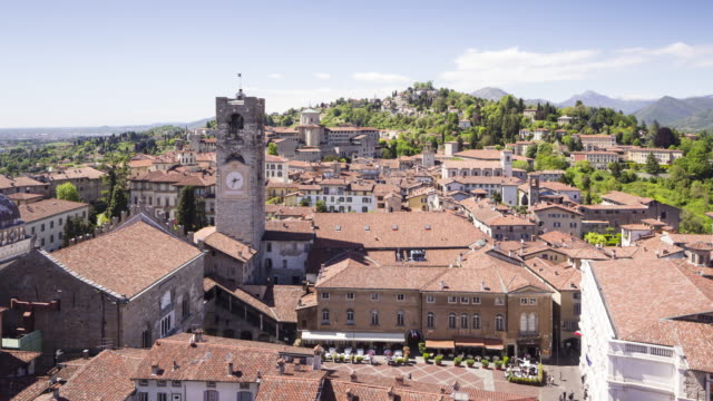 stockvideo's en b-roll-footage met looking down on piazza vecchia in bergamo alta or the bergamo upper in italy. - 16e eeuwse stijl