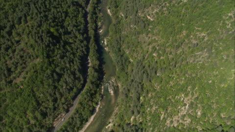 looking down on the tarn river - tal stock-videos und b-roll-filmmaterial
