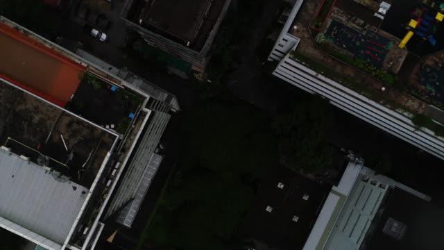 stockvideo's en b-roll-footage met op zoek naar beneden over stad wolkenkrabber - bovenste deel