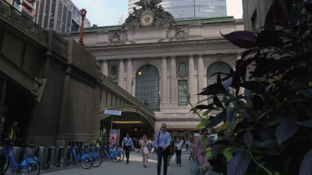 looking down park avenue to grand central station on 42nd street - 42nd street stock videos & royalty-free footage