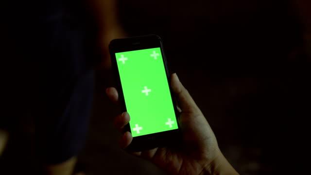 Blick nach unten Schuss verwenden digitale Smart Phone mit Green Screen