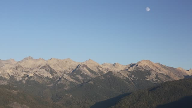 looking east to a mountain chain view from the summit of moro rock a granite outcrop viewpoint in the sequoia national park, yosemite, usa. - granite rock stock videos & royalty-free footage