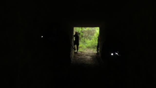 vidéos et rushes de à la recherche de terroristes - lampe torche