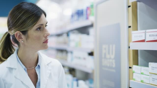 適切な薬物治療を探しています。 - 化学者点の映像素材/bロール