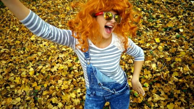 ser fram emot hösten i park - hängslen bildbanksvideor och videomaterial från bakom kulisserna