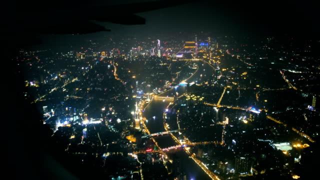 vídeos de stock, filmes e b-roll de noite de vista de guangzhou através do indicador do avião - asa de aeronave
