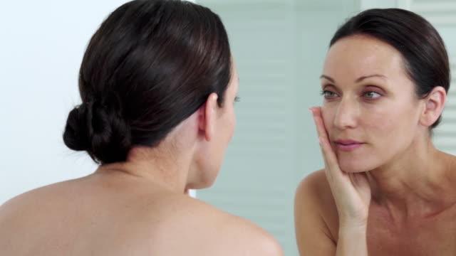 vídeos y material grabado en eventos de stock de looking in mirror - espejo