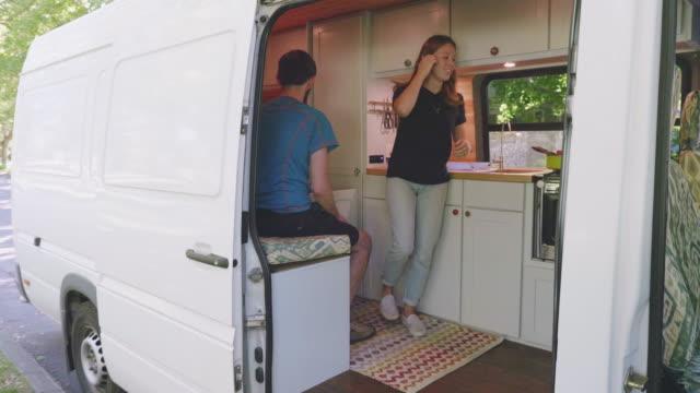 möchten sie im wohnmobil - wohngebäude innenansicht stock-videos und b-roll-filmmaterial