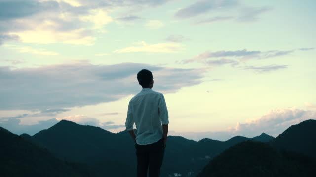 vidéos et rushes de looking into the future - admirer le paysage