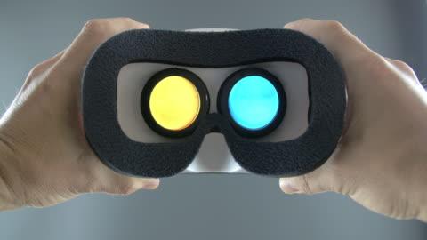 vídeos y material grabado en eventos de stock de looking into vr goggles virtual screen - simulador de realidad virtual