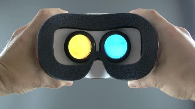 vídeos de stock e filmes b-roll de looking into vr goggles virtual screen - realidade virtual