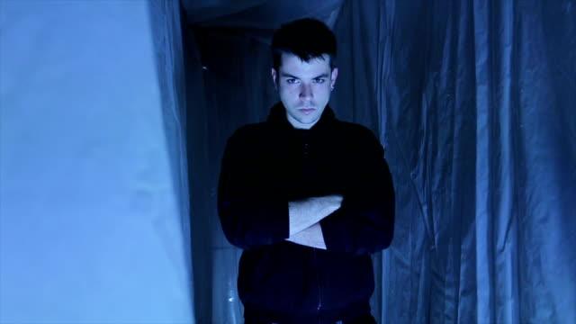vidéos et rushes de ressemblant à un vrai méchant - un seul homme