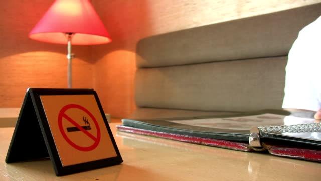 guarda menu. - cartello di divieto di fumo video stock e b–roll