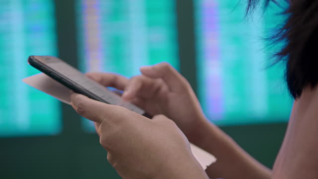 stockvideo's en b-roll-footage met op het vliegveld van vertrek en smart phone - burger menselijke rol