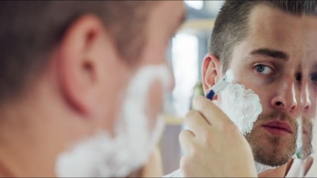 vídeos de stock e filmes b-roll de looking sharp as a razor - barba por fazer