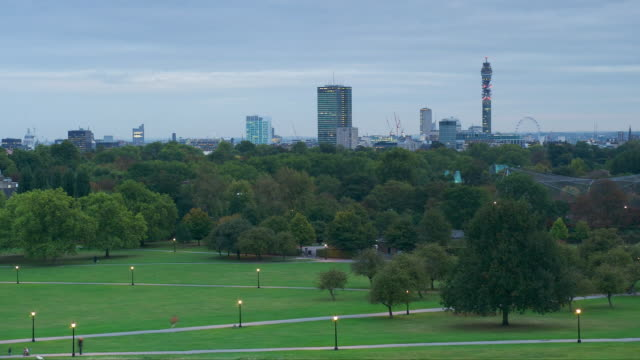 t/l looking south across park and london skyline from primrose hill, day to night, london, england - day to night time lapse stock videos & royalty-free footage